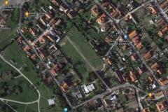 Google maps stále ponúka záber už neexistujúceho ihriska. Jeho stredom vedie Solúnska ulica.