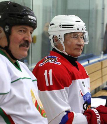 Putin a Lukašenko sú hokejisti