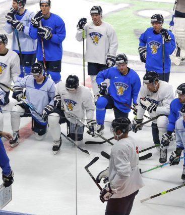 Hokejisti počúvajú svojho trénera počas tréningu na MS 2021