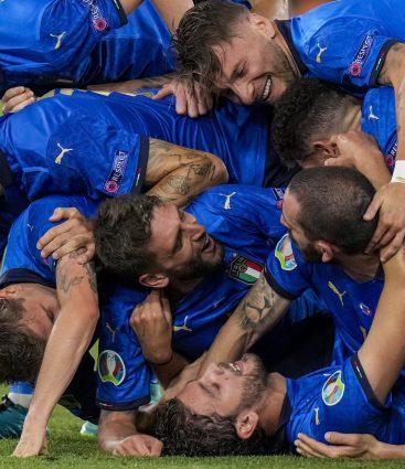 Taliani oslavujú gól počas turnaja EURO 2020